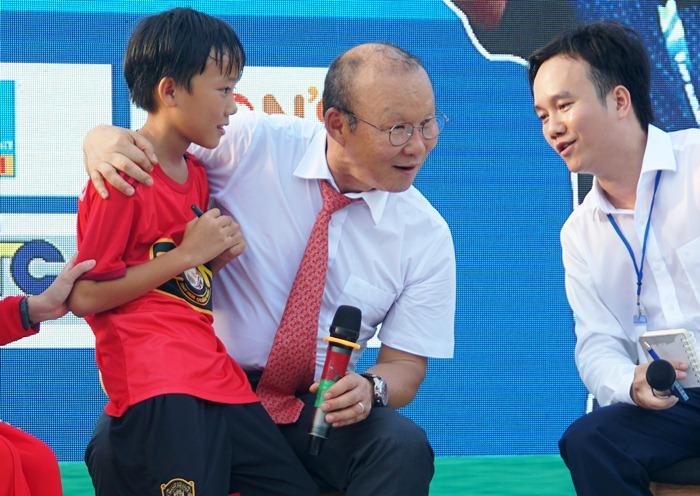 Cầu thủ U11 bày tỏ với ông Park mong muốn có học viện bóng đá ở Quảng Ngãi. Ảnh: Phạm Linh.