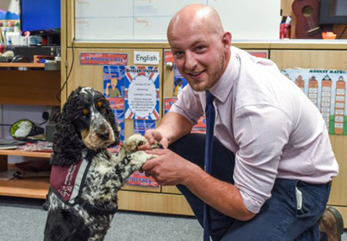Thầy giáoGraham Sage và con chó hỗ trợ Jovi. Ảnh:Caters News Agency
