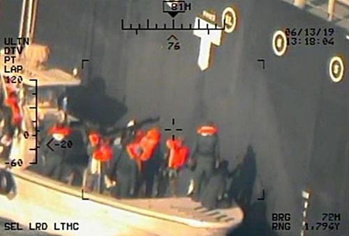 Hải quân Iran gỡ thủy lôi chưa phát nổ trên tàu dầu Kokuka Courage hôm 13/6. Ảnh: Lầu Năm Góc.