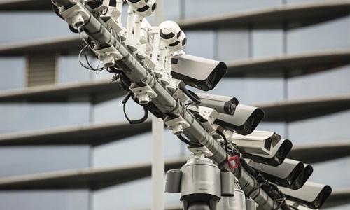 Các camera giám sát do công ty Hikvision sản xuất được gắn tại một trạm thử nghiệm gần trụ sở của công ty này ở thành phố Hàng Châu, Trung Quốc. Ảnh: SCMP.