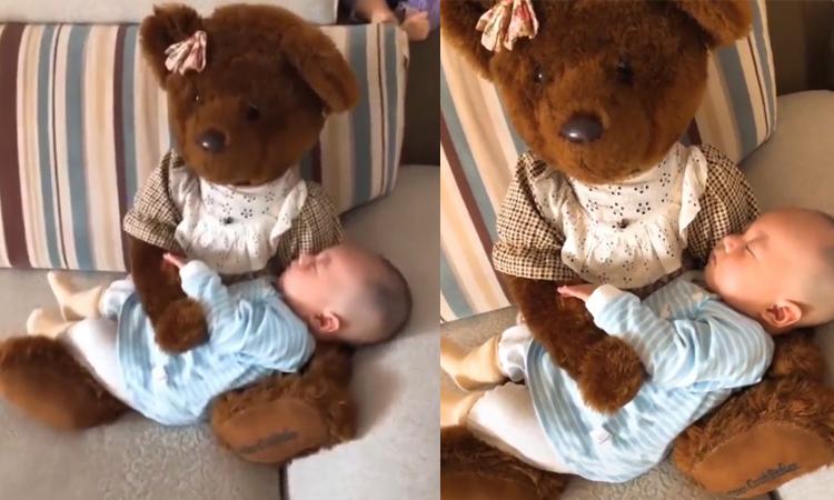 Mẹ dùng gấu bông thay mình bế con khi ngủ -
