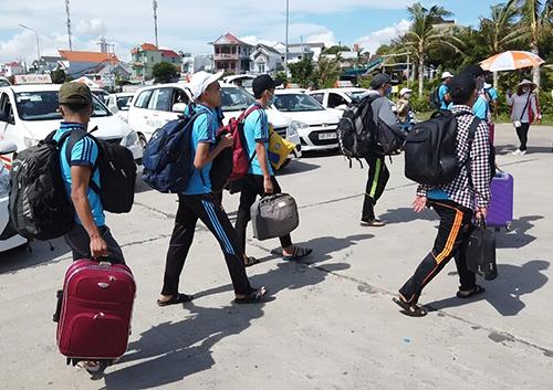 Học sinh huyện đảo Phú Quý vào TP Phan Thiết dự thi. Ảnh: Phan Thành