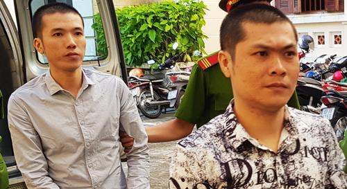 Kiên (phía sau) cùng anh trai bị áp giải đến tòa. Ảnh: Bảo An.
