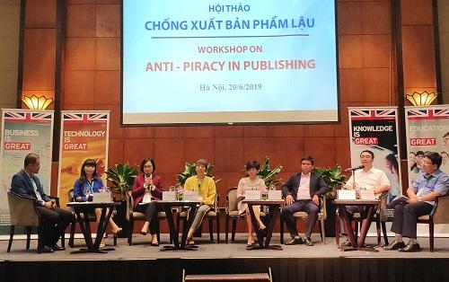 Các khách mời chia sẻ tại hội thảo Chống xuất bản phẩm lậu. Ảnh: Hiền Thương