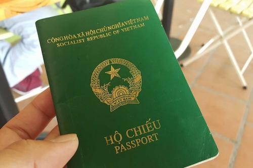 Phạt 30 triệu đồng vì dùng chứng minh thư người khác đi làm hộ chiếu -