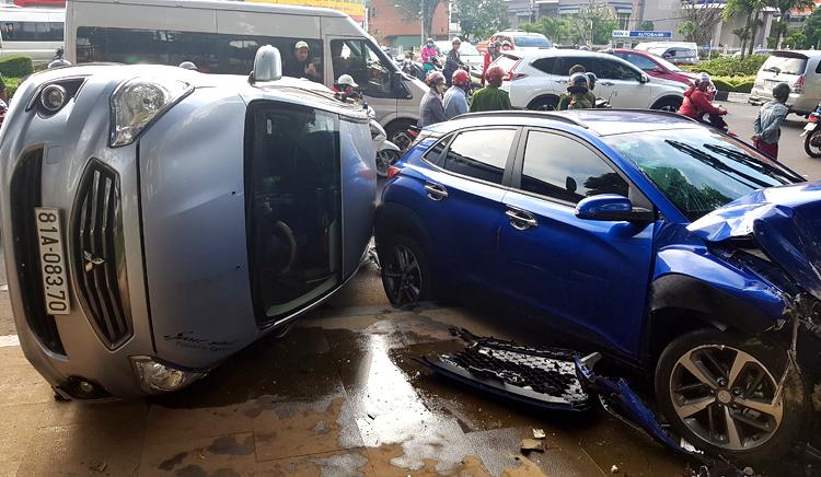 Ôtô 4 chỗ tông nhiều xe máy dừng đèn đỏ ở Gia Lai -