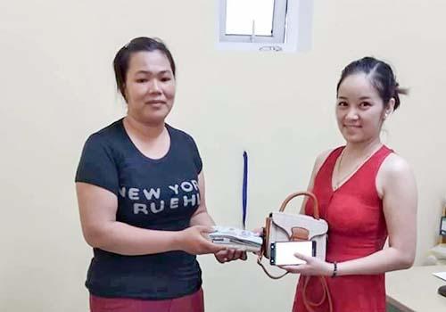 Chị Tri (bìa trái) trả lại tài sản cho du khách Quỳnh. Ảnh: H.N.