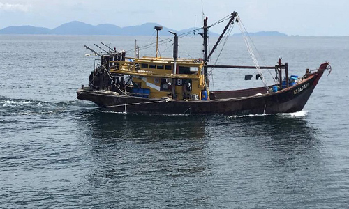 Một tàu cá bị MMEA bắt giữ vì đánh bắt trái phép. Ảnh: MMEA