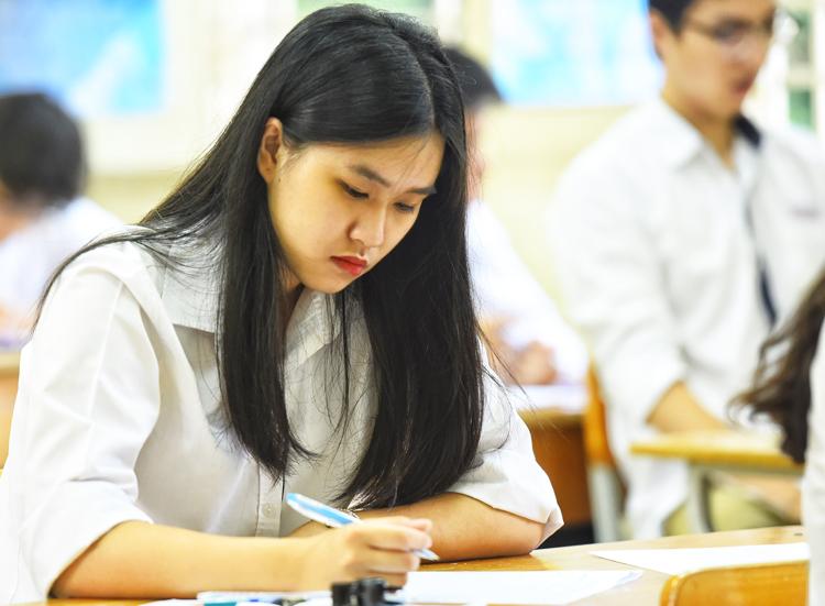 Thí sinh tại điểm thi trường THPT Việt Đức, Hà Nội, sáng 25/6. Ảnh: Giang Huy