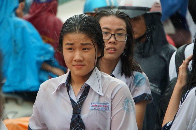 Sĩ tử Sài Gòn dầm mưa sau môn thi Toán