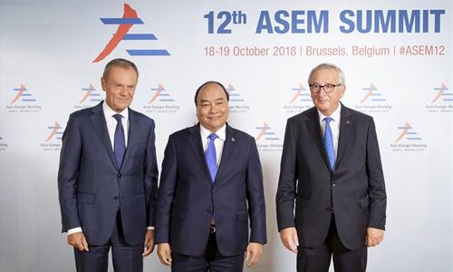 Thủ tướng Nguyễn Xuân Phúc (giữa) được Chủ tịch Hội đồng Châu Âu Donald Tusk (trái)và Chủ tịch Ủy ban Châu Âu Jean-Claude Juncker đón tiếp tạiHội nghị Cấp cao Á – Âu lần thứ 12tháng 10/2018. Ảnh: EC.