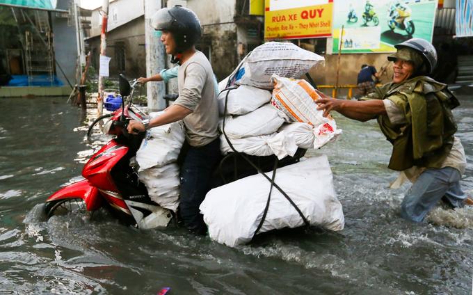 Đường Sài Gòn ngập nặng sau mưa lớn