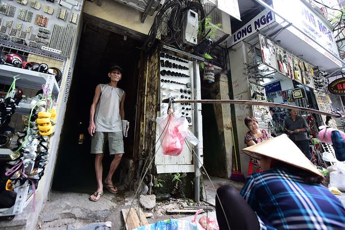 Từng mét vuông mặt tiền phố cổ đều được tận dụng để kinh doanh. Ảnh: Giang Huy.