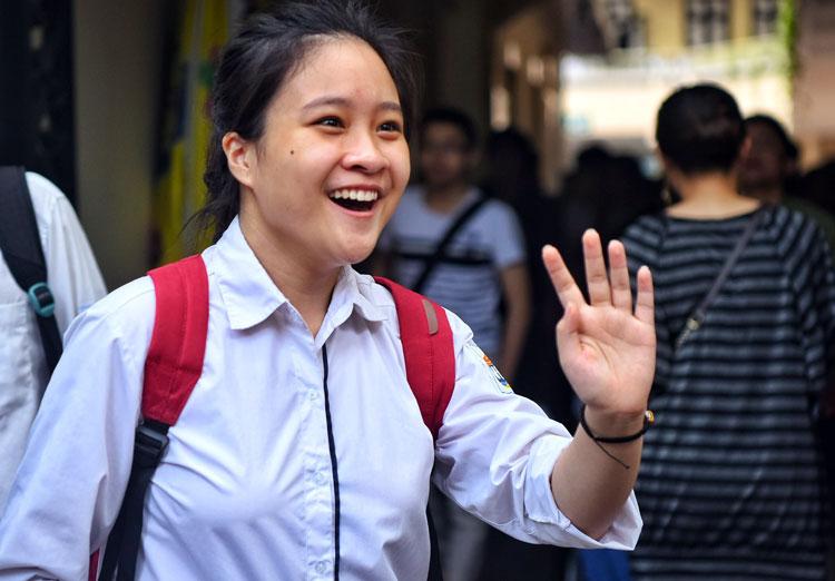 Thí sinh Hà Nội rời điểm thi sau giờ thi Toán. Ảnh: Giang Huy.