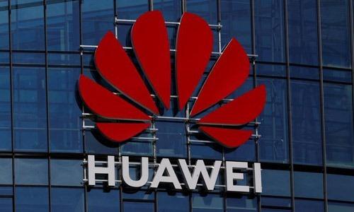 Logo của tập đoàn Huawei bên ngoài một tòa nhà ở Vilnius, Lithuania. Ảnh: Reuters.