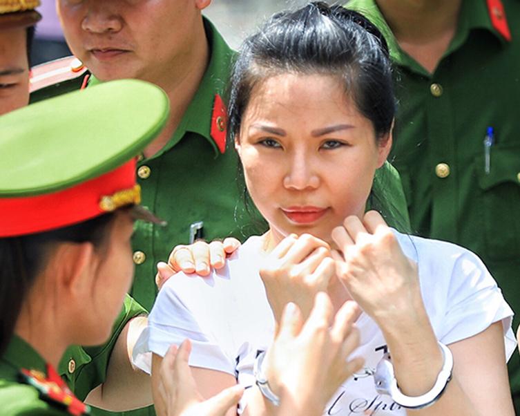 Vợ bác sĩ Chiêm Quốc Thái lĩnh 18 tháng tù -