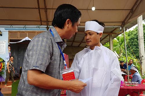 Ông Hoàng Nam, Phó chủ tịch UBND tỉnh Quảng Trị thăm viếng gia đình cô giáo gặp nạn. Ảnh: Quang Hà