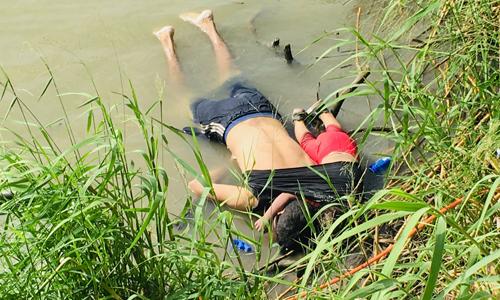 Thi thểcha con Martinez được tìm thấy bên bờsông Rio Grande hôm 24/6. Ảnh: AP.
