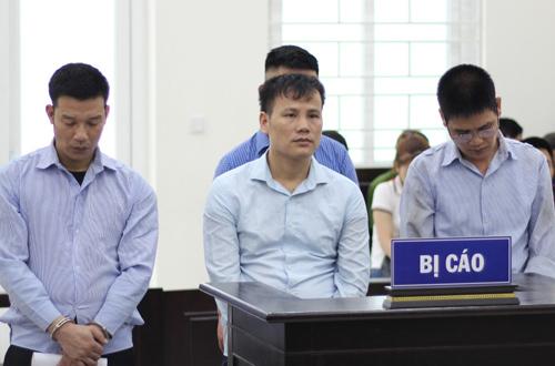 Đặng Tú (ngoài cùng bên phải) và các bị cáo tại tòa.