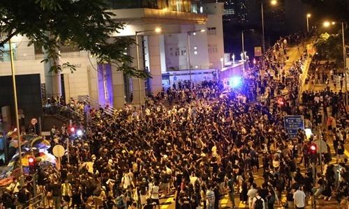 Người biểu tình bao vây trụ sở cảnh sát Hong Kong tối 26/6. Ảnh: SCMP.