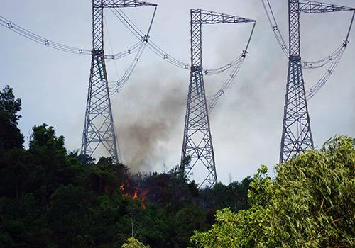 Cháy rừng dưới chân trụ điện 500kV ở Đà Nẵng khiến những khu vực lân cận bị cắt điện. Ảnh: Đ.X.