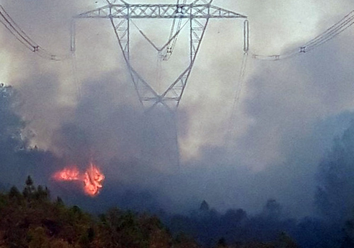 Có thời điểm cháy rừng đã bao trùm cả một đoạn đường dây 500kV qua miền Trung. Ảnh: Đ.L.