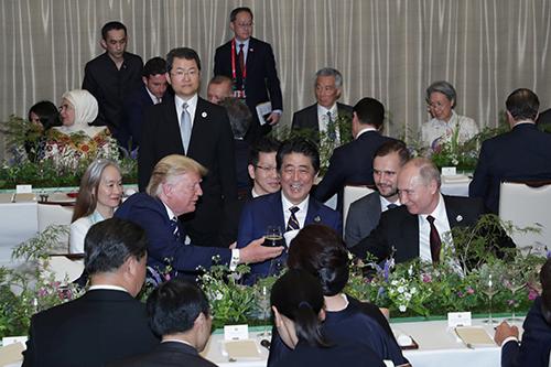Putin và Trump chạm cốc tại tiệc tối G20 ở Osaka hôm 28/6. Ảnh: Reuters