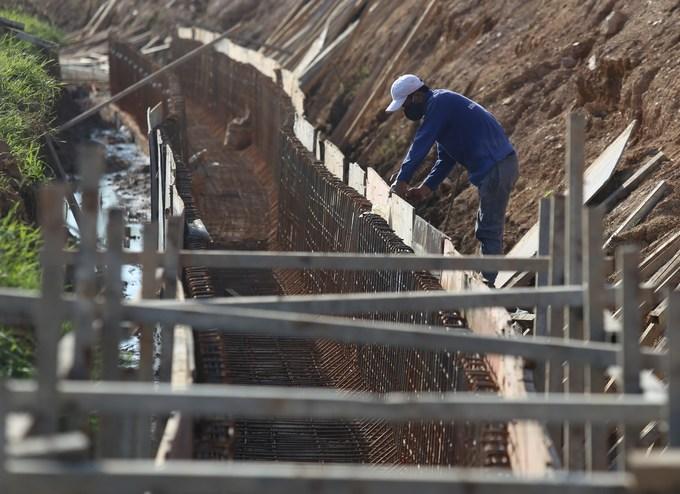 Công trường xây đê ngăn ngập lụt ở ngoại thành Hà Nội