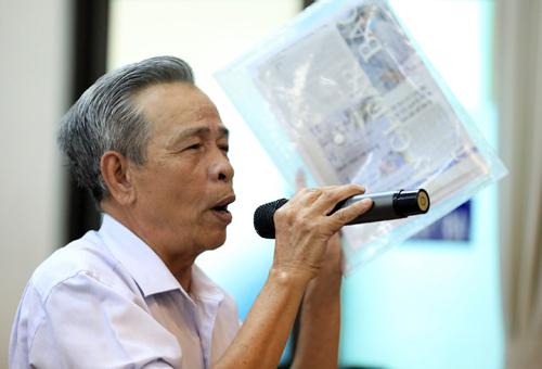Cử tri Nguyễn Xuân Đức cầm tập hồ sơ liên quan đến dự án Thủ Thiêm khi phát biểu ý kiến. Ảnh: Hữu Khoa