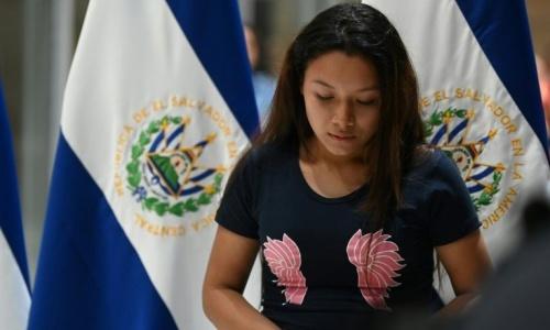 Avalos về đến El Salvador qua đường hàng không. Ảnh: AFP.