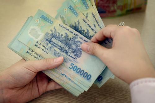 Từ 1/7, những người hưởng lương từ ngân sách nhà nước sẽ được tăng lương cơ sở 100.000 đồng mỗi tháng. Ảnh: Xuân Hoa
