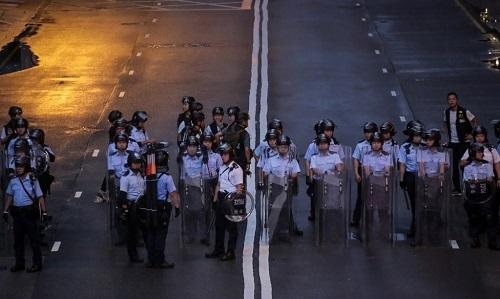 Cảnh sát chống bạo động Hong Kong được huy động để trấn áp người biểu tình ngày 1/7. Ảnh: AFP.