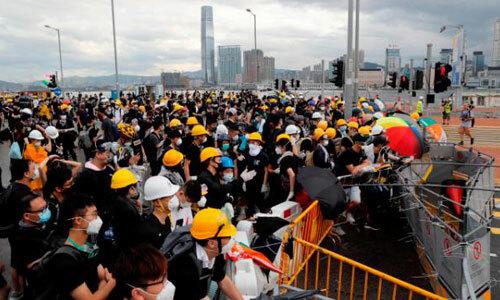Người biểu tình xông vào phá hàng rào an ninh của cảnh sát. Ảnh: AP.