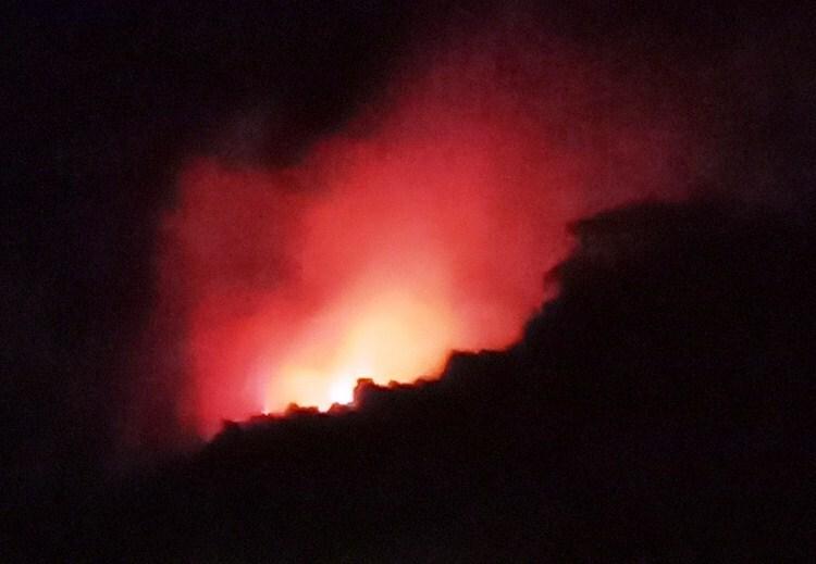 Ngọn lửa đỏ rực đêm 30/6ở khu vực rừng bị cháy thuộc huyện Đức Phổ. Ảnh: Nguyễn Đại.