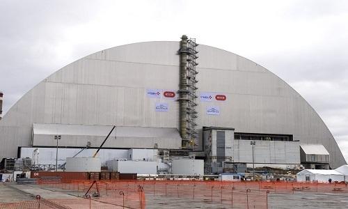 Là chắn thép bên trên nhà máy Chernobyl. Ảnh: AP.
