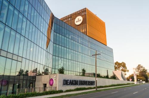Deakin thuộc top 10 đại học hàng đầu nước Australia.