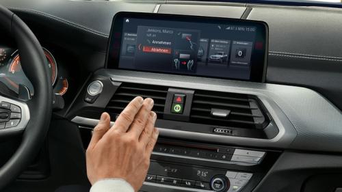 Gesture Control giúp người lái không bị phân tâm khi đang lái xe.