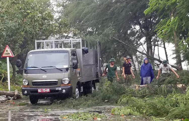 Xe tảiquân đội tham gia thu dọn cây đổ tại Đồ Sơn. Ảnh: Giang Chinh