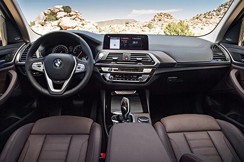 Thiết kế cabin hiện đại, gọn gàng tập trung đến người lái. Ảnh: BMW