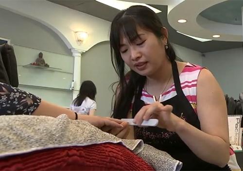 Yến Ngô làm móng tay cho một khách hàng. Ảnh: Abc7