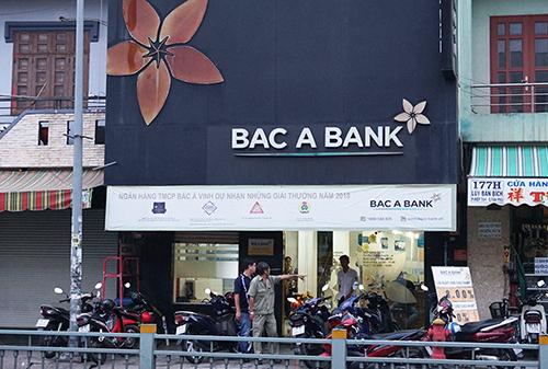 Cảnh sát làm việc với các nhân viên ngân hàng. Ảnh: .