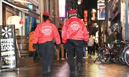 Thành viên tổ chức Thiên thần Hộ mệnh đi tuần trên đường phố Kitakyushu hồi tháng ba. Ảnh: Japan Times.