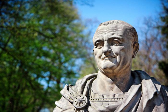 Hoàng đế Vespasian lên ngôi khi ngân khố La Mã đã cạn kiệt.