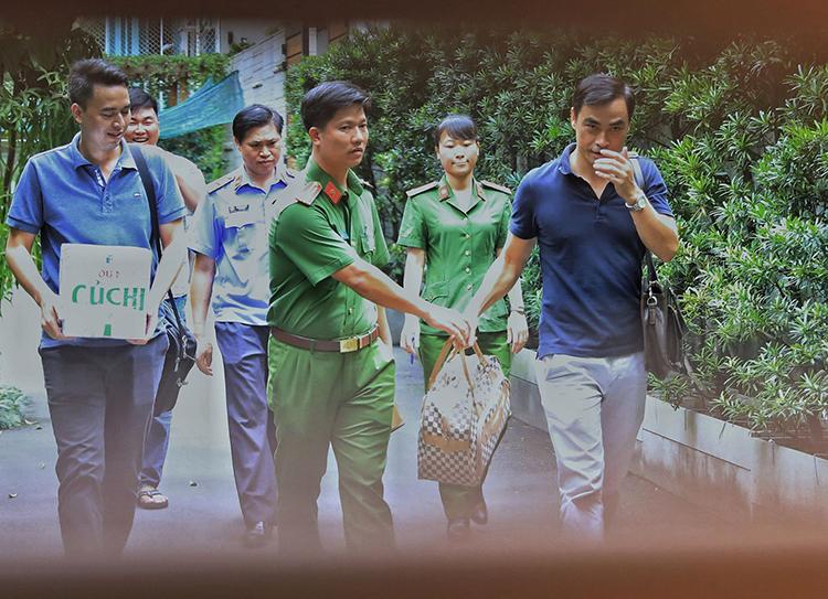 Cảnh sát thu giữ tài liệu tại nhà ông Lê Tấn Hùng. Ảnh: Bộ Công an.