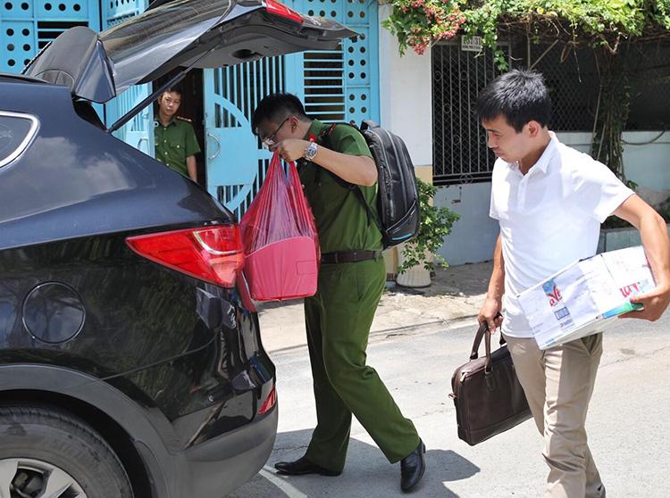 Cảnh sát thu giữ tài liệu tại nhà ông Mỹ. Ảnh: Thành Nguyễn.