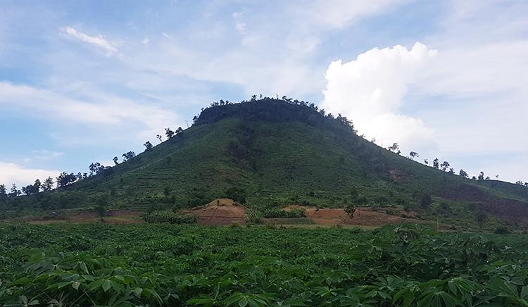 Ngọn núi Chư A Thai, nơi có nhiều gỗ hóa thạch nhưng đã bị khai thác cạn kiệt. Ảnh: Trần Hóa.