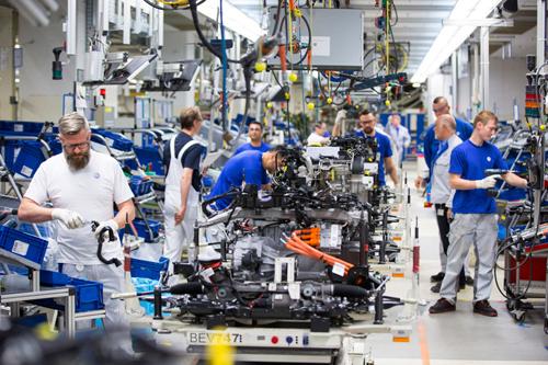 Dây chuyền lắp ráp xe điện e-Golf trong nhà máy Volkswagen ở Wolfsburg, Đức. Ảnh: Bloomberg.