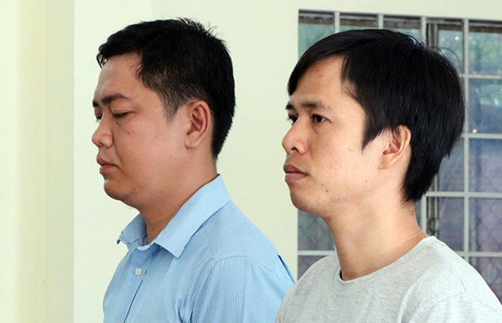Hai bị cáo Nguyễn Tuấn Anh (trái) và Bùi Đức Nghĩa tại phiên toà. Ảnh: Cửu Long.