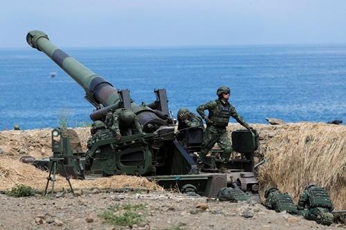 Binh sĩ Đài Loan trong một cuộc tập trận bắn đạn thật hồi tháng 5. Ảnh: Reuters.
