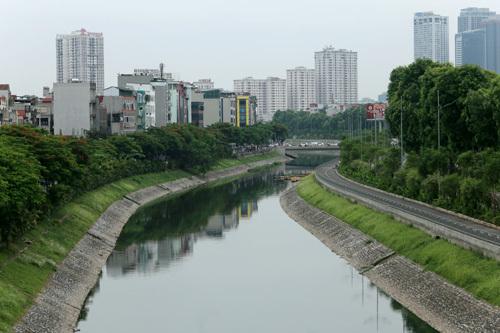 Sông Tô Lịch đoạn gần cầu Trung Hòa (Cầu Giấy). Ảnh: Tất Định